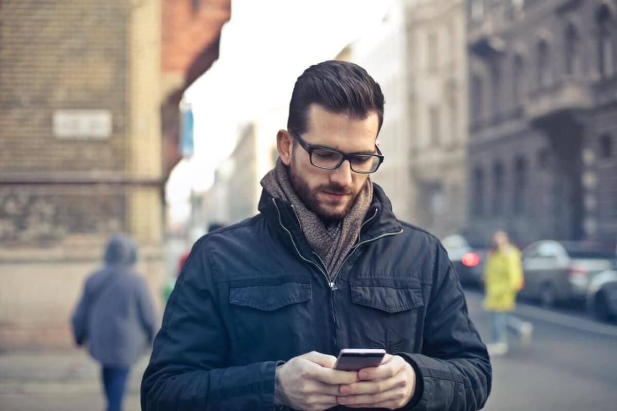 Controllare il telefono del fidanzato